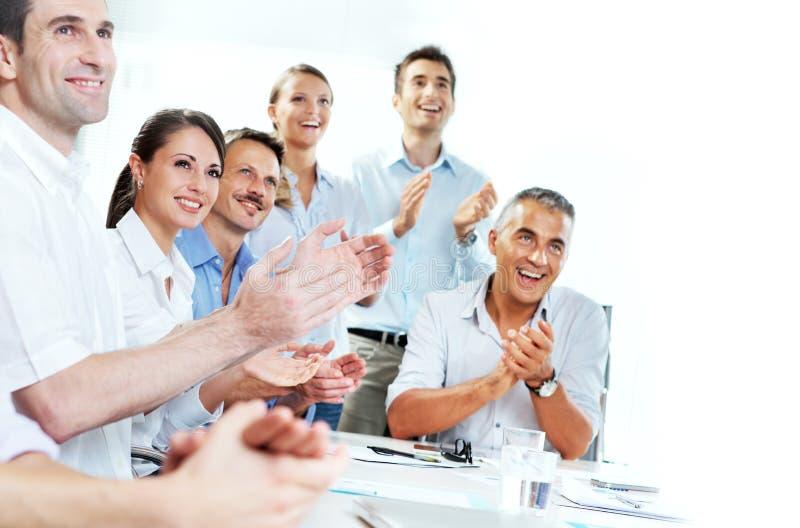 Bedrijfsmensen die in een vergadering slaan stock afbeeldingen
