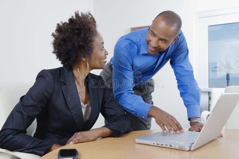 Bedrijfsmensen die elkaar bekijken royalty-vrije stock foto
