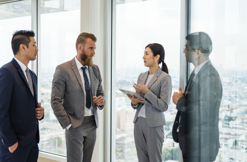 Bedrijfsmensen die en collectieve plannen spreken bespreken stock foto's