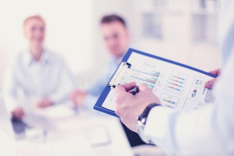 Bedrijfsmensen die en op vergadering, in bureau zitten bespreken royalty-vrije stock foto