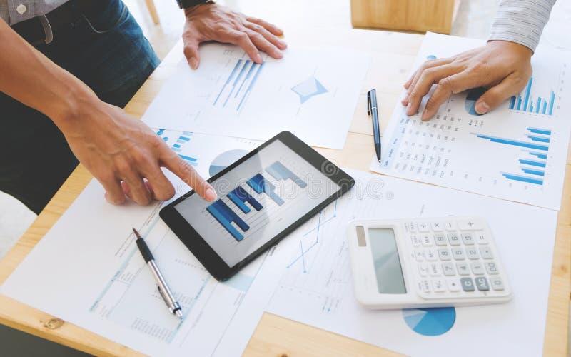 Bedrijfsmensen die en tablet samenwerken gebruiken op een modern kantoor royalty-vrije stock afbeeldingen