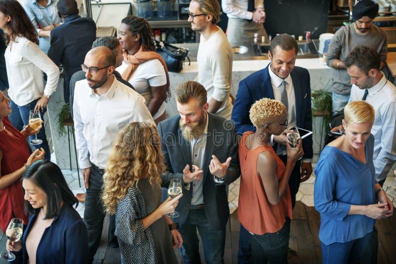 Bedrijfsmensen die Etend de Partijconcept van de Besprekingskeuken samenkomen stock foto