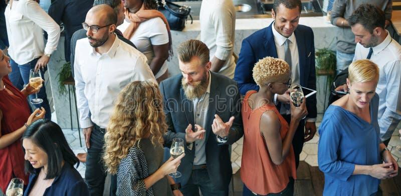 Bedrijfsmensen die Etend de Partijconcept van de Besprekingskeuken samenkomen royalty-vrije stock afbeeldingen