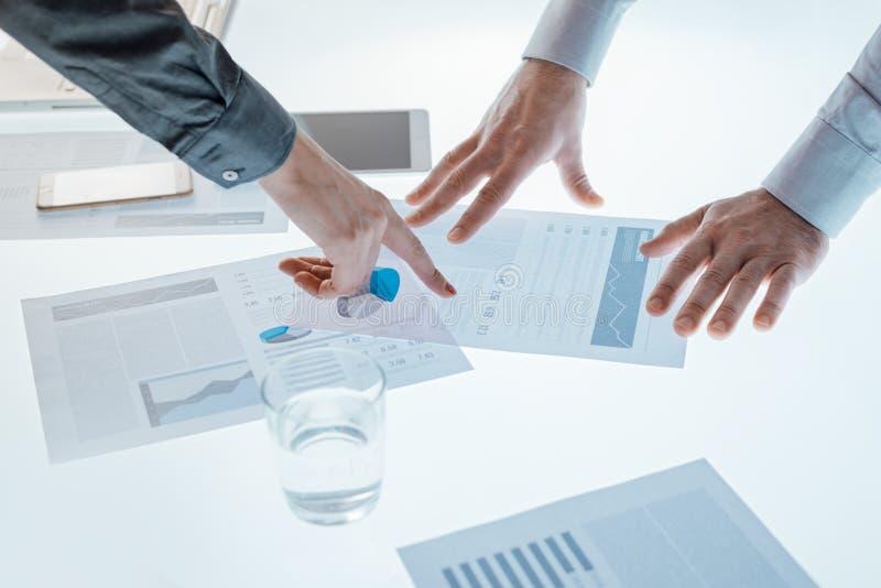Bedrijfsmensen die financiële gegevens onderzoeken royalty-vrije stock foto