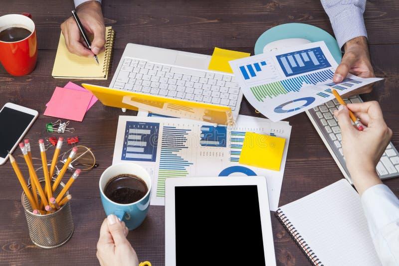 Bedrijfsmensen die gebruikend laptop computer, tabletpc, grafiekdocument voor analyse bedrijfsstrategie samenkomen stock fotografie