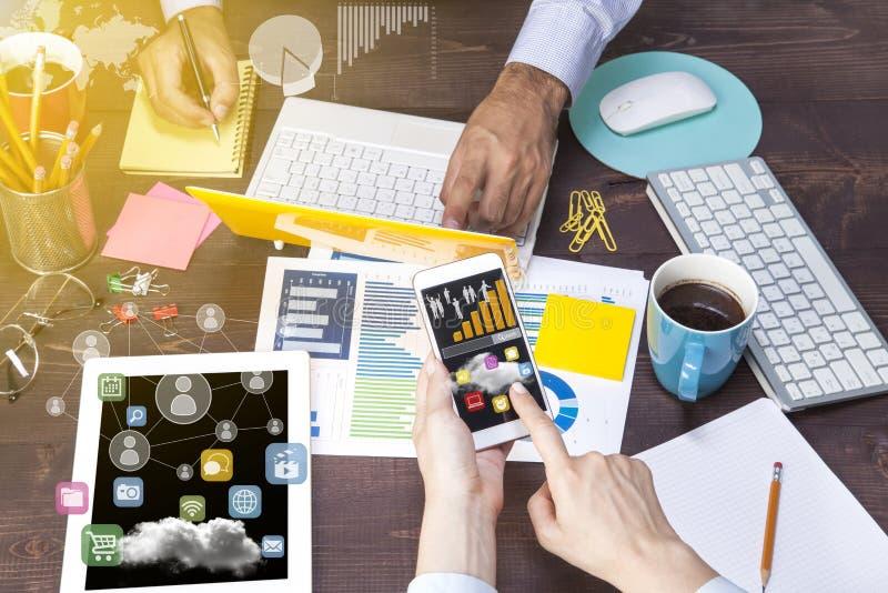 Bedrijfsmensen die gebruikend laptop computer, tabletpc, grafiekdocument voor analyse bedrijfsstrategie samenkomen royalty-vrije stock foto