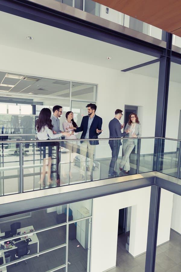 Bedrijfsmensen die gesprek hebben bij de bureaubouw royalty-vrije stock fotografie