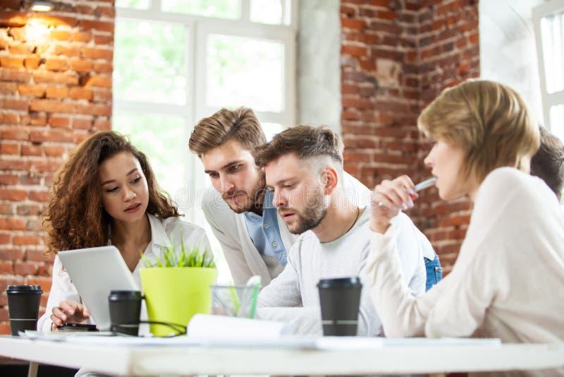 Bedrijfsmensen die goed groepswerk in bureau ontmoeten Concept van de de Werkplaatsstrategie van de groepswerk het succesvolle Ve royalty-vrije stock foto's