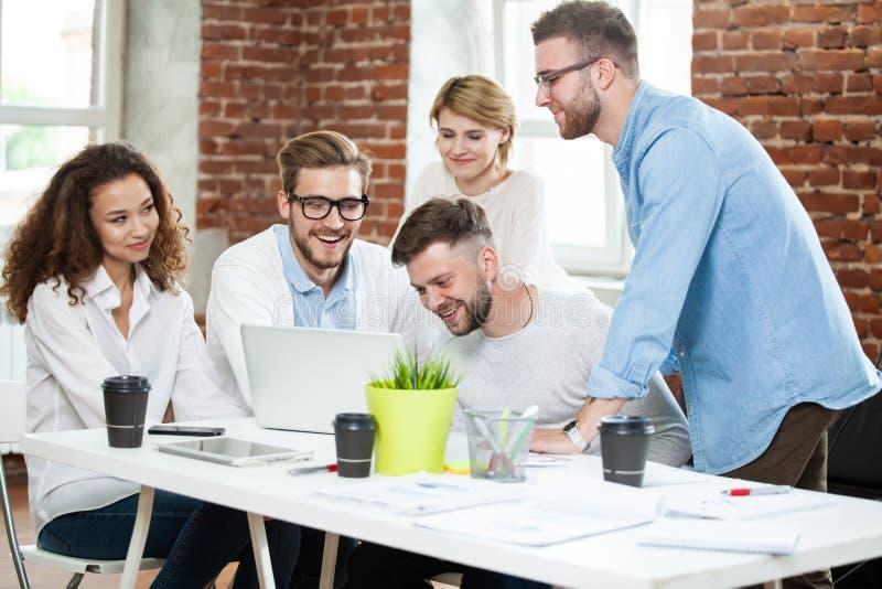 Bedrijfsmensen die goed groepswerk in bureau ontmoeten Concept van de de Werkplaatsstrategie van de groepswerk het succesvolle Ve stock afbeelding