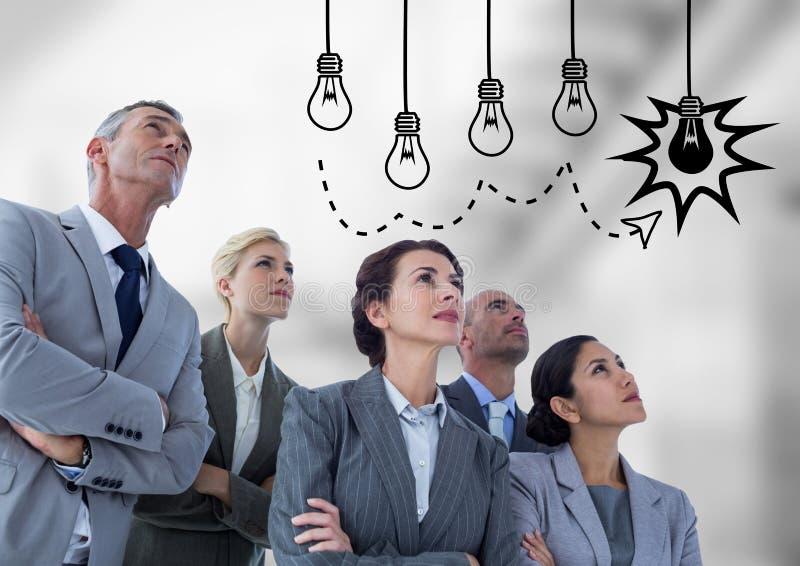 Bedrijfsmensen die grafisch lightbulb bekijken tegen onscherpe grijze treden stock fotografie