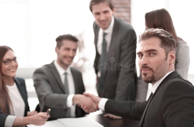 Bedrijfsmensen die handdruk na overeenkomst doen stock afbeeldingen