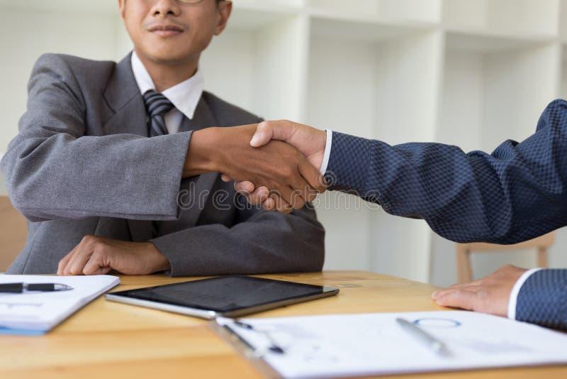Bedrijfsmensen die handen na omhoog het beëindigen van een vergadering schudden Gree royalty-vrije stock afbeelding