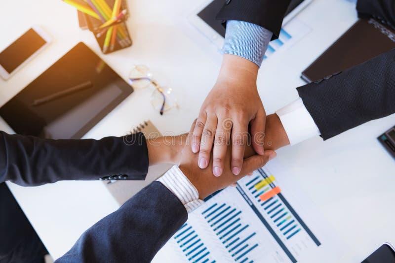 Bedrijfsmensen die handen na omhoog het beëindigen van een vergaderings goed groepswerk schudden in bureau De Werkplaatsstrategie royalty-vrije stock afbeeldingen