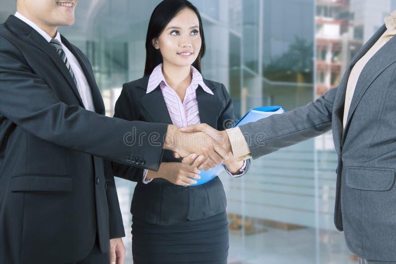 Bedrijfsmensen die handen na onderhandeling schudden royalty-vrije stock foto