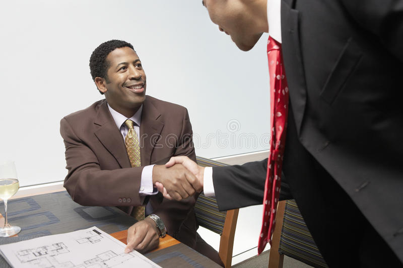 Bedrijfsmensen die Handen schudden stock foto's