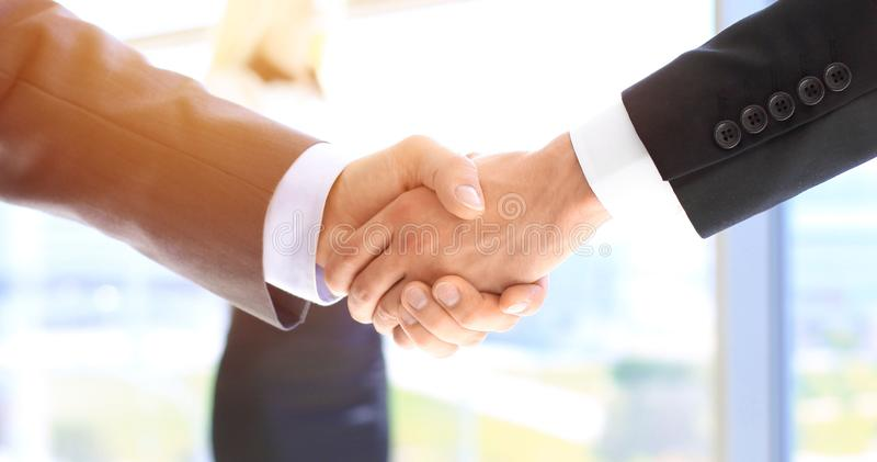 Bedrijfsmensen die handen schudden als teken van overeenkomst Verschillende 3d bal royalty-vrije stock foto