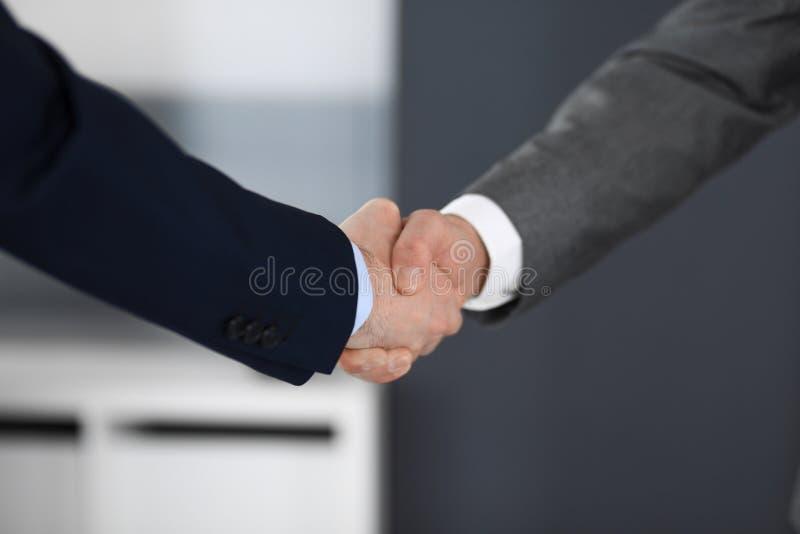 Bedrijfsmensen die handen schudden bij vergadering of onderhandeling in modern bureau, close-up Groepswerk, vennootschap en handd stock afbeeldingen