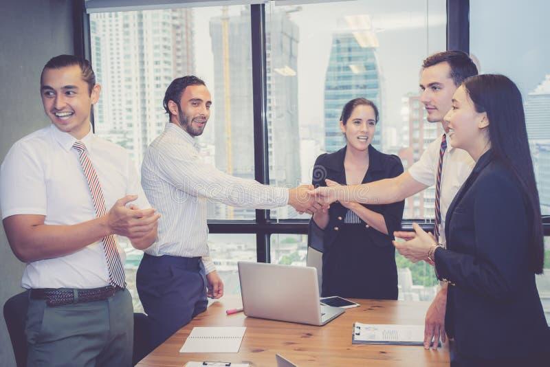 Bedrijfsmensen die handen schudden, die omhoog een vergadering beëindigen royalty-vrije stock foto