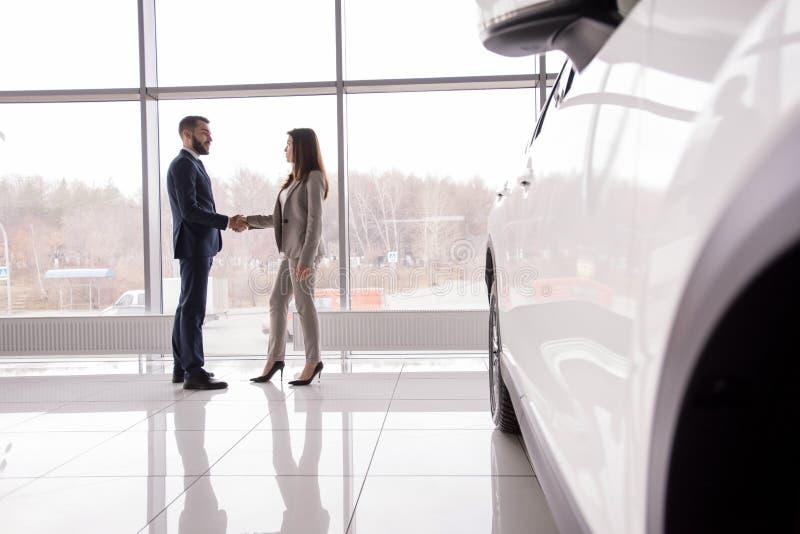 Bedrijfsmensen die Handen schudden door Auto royalty-vrije stock foto