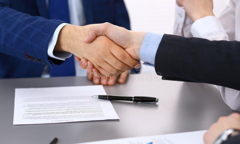 Bedrijfsmensen die handen schudden, die omhoog documenten het ondertekenen beëindigen Vergadering, contract en advocaat het raadp royalty-vrije stock foto