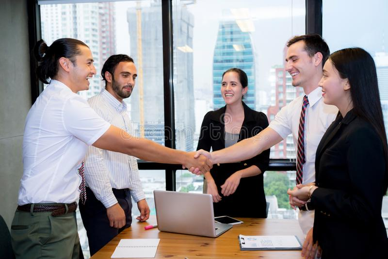Bedrijfsmensen die handen schudden, die omhoog een vergadering beëindigen royalty-vrije stock fotografie