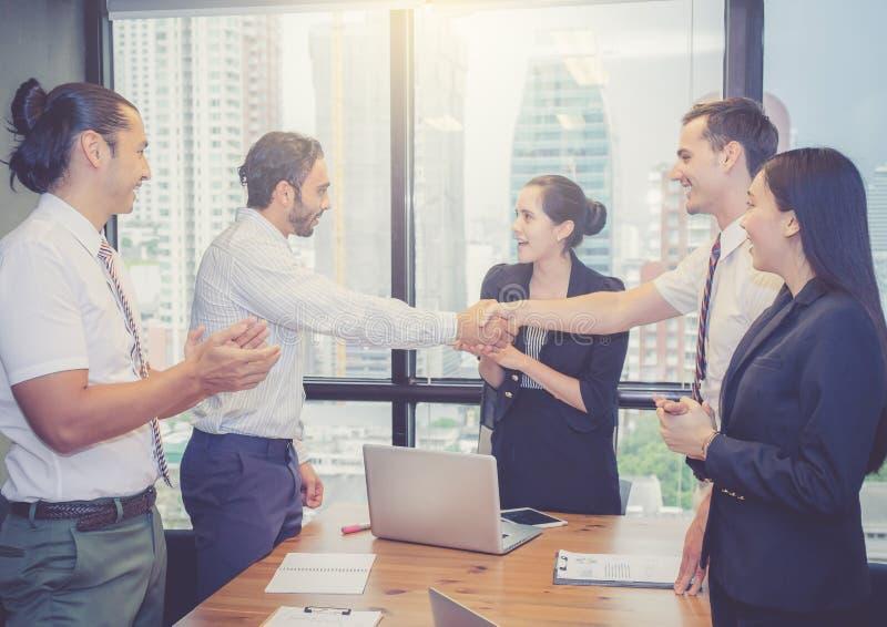 Bedrijfsmensen die handen schudden, die omhoog een vergadering beëindigen stock fotografie