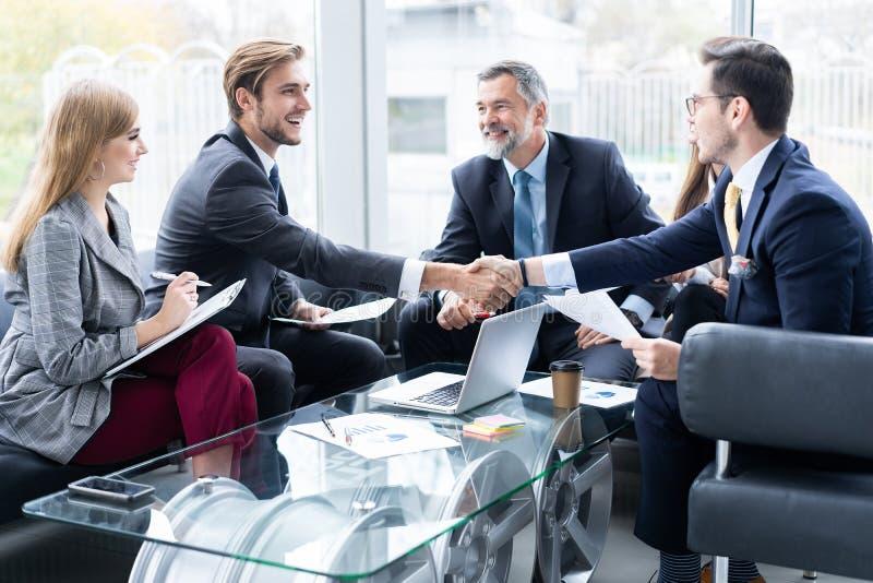 Bedrijfsmensen die handen schudden, die omhoog een vergadering beëindigen Handdruk Bedrijfs concept royalty-vrije stock afbeeldingen
