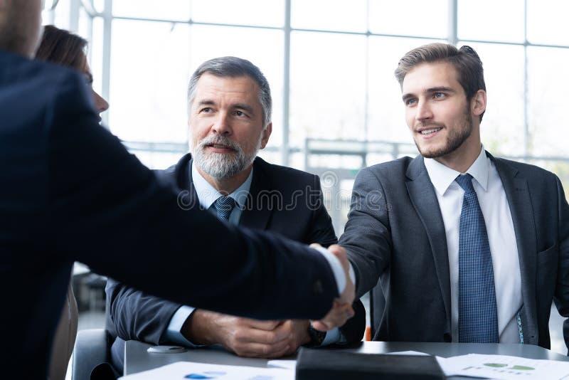 Bedrijfsmensen die handen schudden, die omhoog een vergadering beëindigen Handdruk Bedrijfs concept royalty-vrije stock fotografie