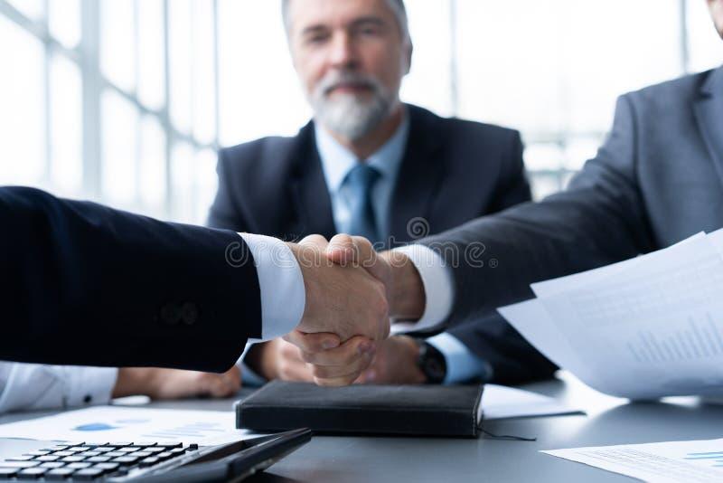Bedrijfsmensen die handen schudden, die omhoog een vergadering beëindigen Handdruk Bedrijfs concept stock fotografie