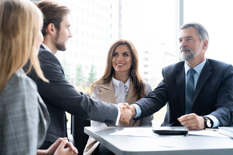 Bedrijfsmensen die handen schudden, die omhoog een vergadering beëindigen Handdruk Bedrijfs concept stock foto's