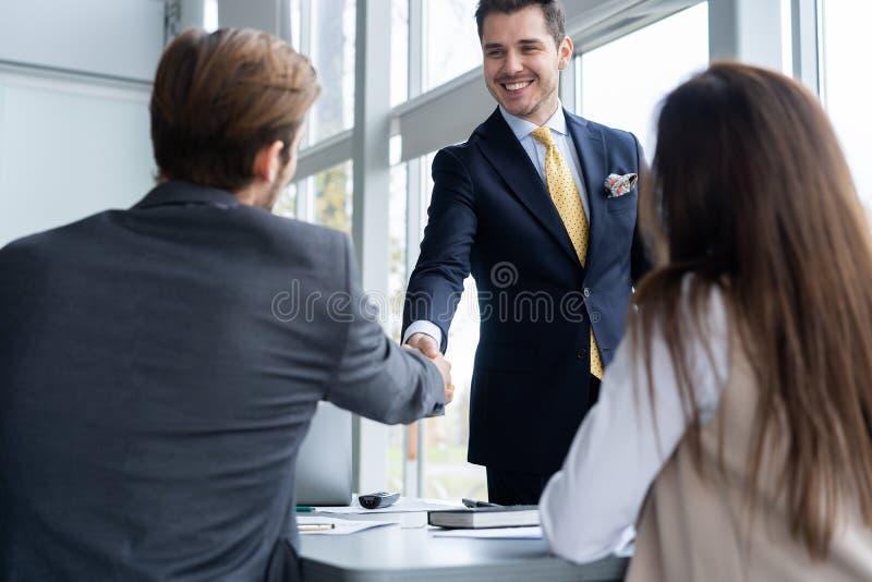 Bedrijfsmensen die handen schudden, die omhoog een vergadering beëindigen Handdruk Bedrijfs concept stock afbeelding