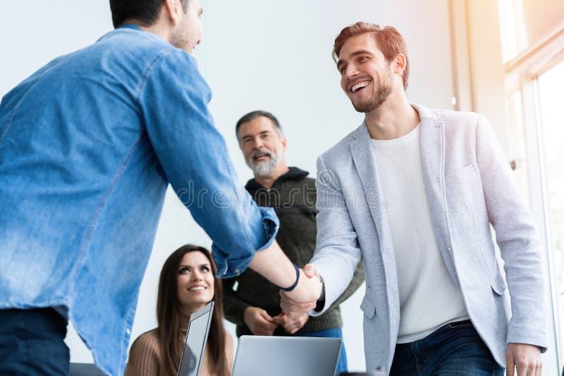 Bedrijfsmensen die handen schudden, die omhoog een vergadering beëindigen Handdruk Bedrijfs concept stock afbeeldingen