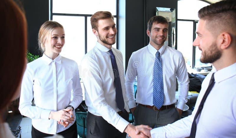 Bedrijfsmensen die handen schudden, die omhoog een vergadering be?indigen royalty-vrije stock foto