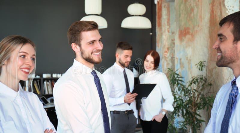 Bedrijfsmensen die handen schudden, die omhoog een vergadering be?indigen stock foto
