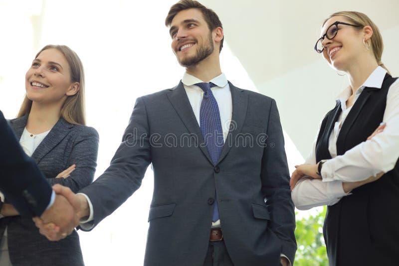 Bedrijfsmensen die handen schudden, die omhoog een vergadering be?indigen royalty-vrije stock fotografie