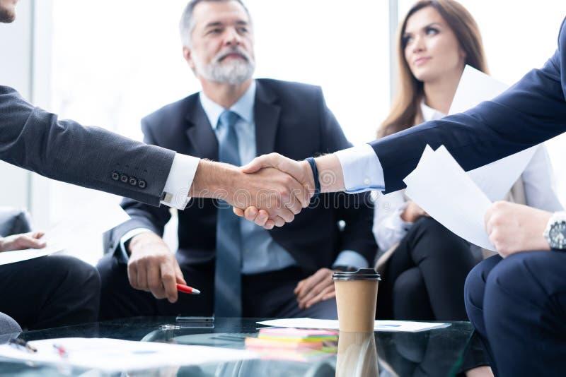 Bedrijfsmensen die handen schudden, die omhoog een vergadering be?indigen Handdruk Bedrijfs concept stock afbeelding