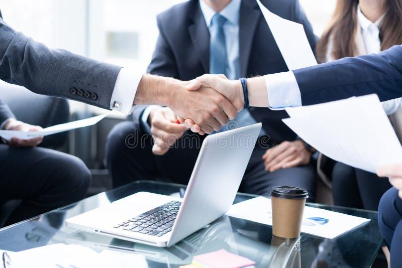 Bedrijfsmensen die handen schudden, die omhoog een vergadering be?indigen Handdruk Bedrijfs concept stock foto