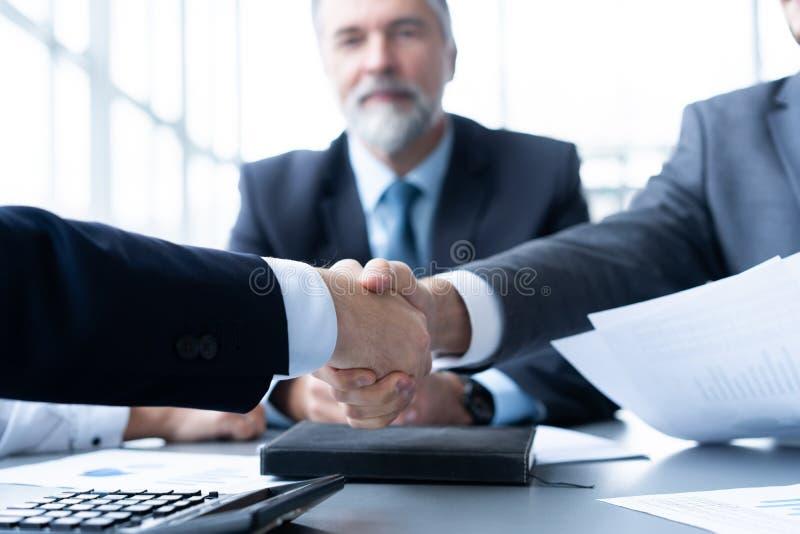 Bedrijfsmensen die handen schudden, die omhoog een vergadering be?indigen Handdruk Bedrijfs concept stock fotografie