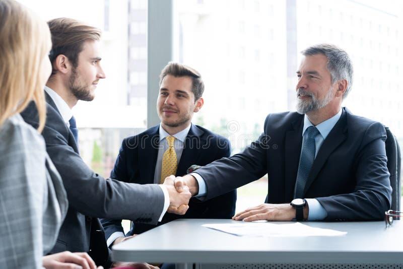 Bedrijfsmensen die handen schudden, die omhoog een vergadering be?indigen Handdruk Bedrijfs concept stock foto's