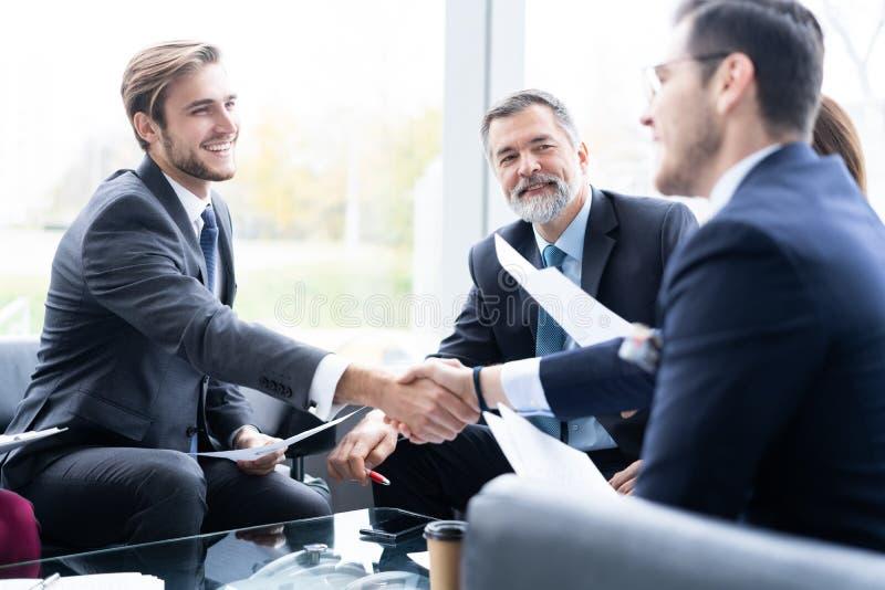 Bedrijfsmensen die handen schudden, die omhoog een vergadering be?indigen Handdruk Bedrijfs concept royalty-vrije stock foto's