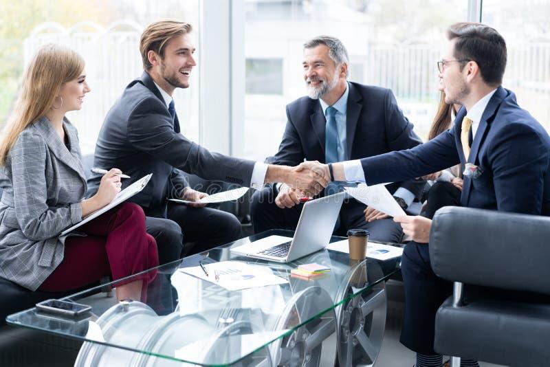 Bedrijfsmensen die handen schudden, die omhoog een vergadering be?indigen Handdruk Bedrijfs concept royalty-vrije stock afbeeldingen