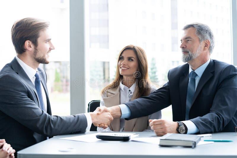 Bedrijfsmensen die handen schudden, die omhoog een vergadering be?indigen Handdruk Bedrijfs concept royalty-vrije stock foto