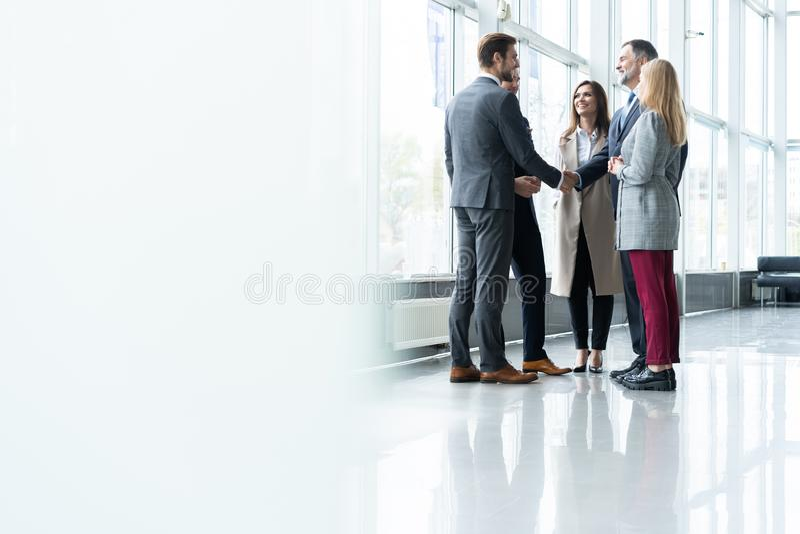 Bedrijfsmensen die handen schudden, die omhoog een vergadering be?indigen Handdruk Bedrijfs concept stock afbeeldingen