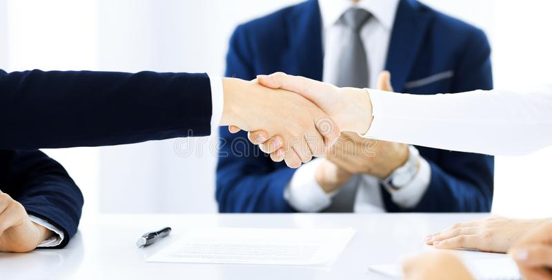 Bedrijfsmensen die handen schudden die omhoog een vergadering, close-up beëindigen Succes bij onderhandeling en handdrukconcepten stock foto's