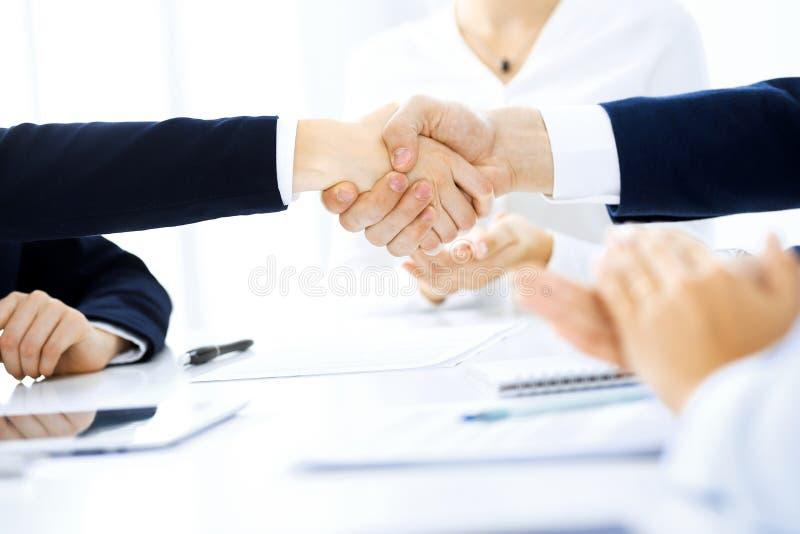 Bedrijfsmensen die handen schudden die omhoog een vergadering, close-up be?indigen Succes bij onderhandeling en handdrukconcepten stock afbeeldingen