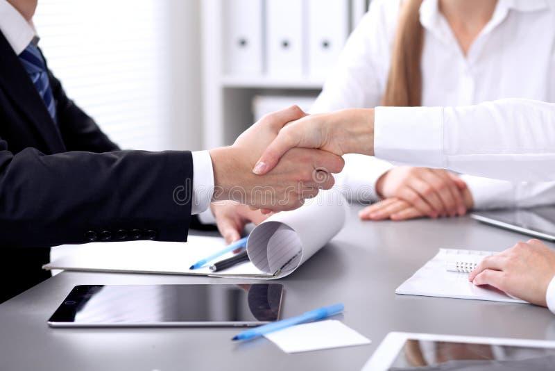 Bedrijfsmensen die handen schudden op vergadering Clouse omhoog van handdruk stock fotografie