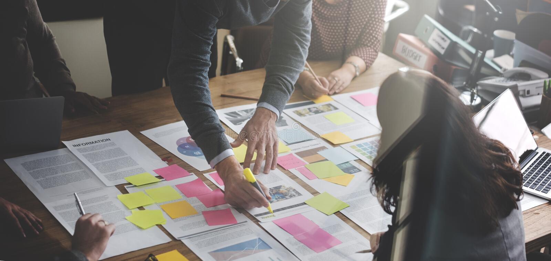 Bedrijfsmensen die het Bureauconcept plannen van de Strategieanalyse