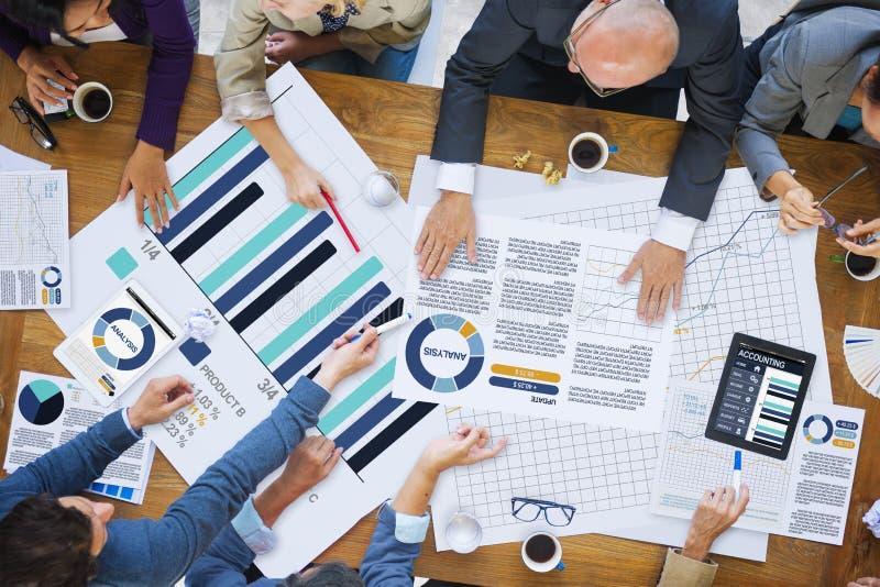 Bedrijfsmensen die het Collectieve Concept van het Analyseonderzoek ontmoeten stock foto's