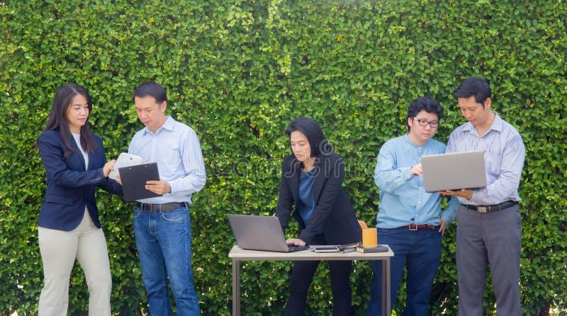 Bedrijfsmensen die het Collectieve Digitale Concept van de Apparatenverbinding ontmoeten stock afbeeldingen