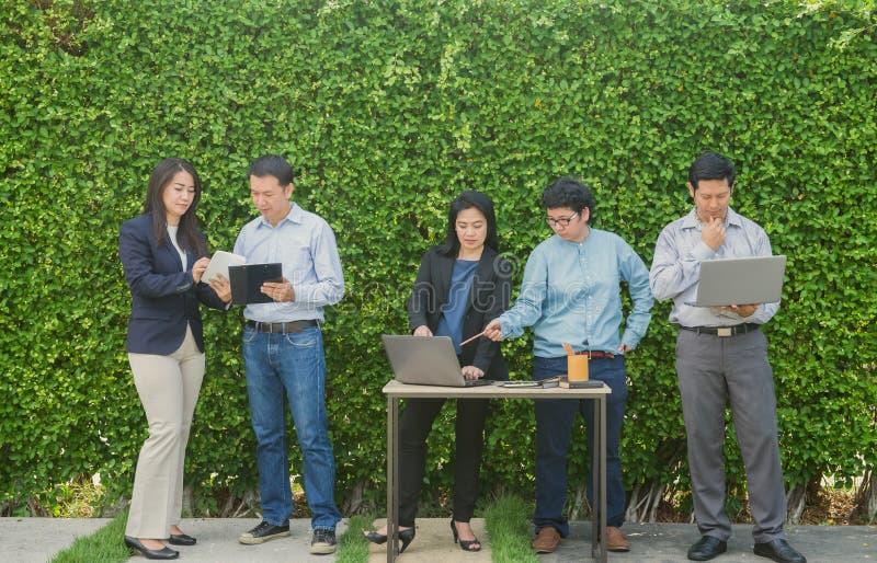 Bedrijfsmensen die het Collectieve Digitale Concept van de Apparatenverbinding op boommuur ontmoeten stock foto's